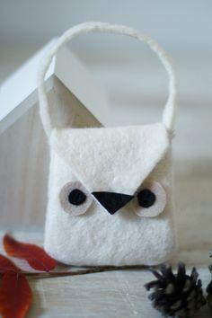 En cette fin de semaine, voici une petite idée de saison pour occuper les petites mains : j'ai nommé le mini sac chouette. Très rapide à réaliser, il pourra, notamment, être le compagnon idéal pour la chasse aux bonbons de demain (en adaptant les dimensions...