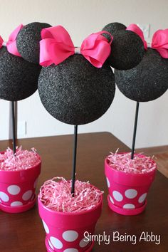 I love this simple Minnie Mouse Party Centerpiece. What a cute Party idea!