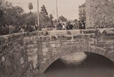Riada de octubre de 1957, torres de Serranos. Archivo de José Huguet.