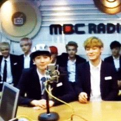 """EXO GIF """"Ummm, what the heck are HunHan doing? Are they touching each other...?.... I NEVER THOUGHT THAT THIS DAY WILL EVER HAPPEN <3333333333"""""""