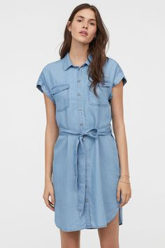 Knee-length dress in woven Tencel® lyocell fabric. Collar buttons at front and yoke at back with pleat. Cap sleeves with sewn cuffs chest pockets with flap and tie belt at waist. Jean Dress Outfits, Denim Shirt Dress, Chambray Dress, Plus Size Dresses, Blue Dresses, Casual Dresses, Short Dresses, Prom Dresses, Plus Size Fashion