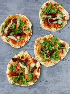 Uwielbiam podpłomyki za to, że robi się je z banalnych składników, a smakują niepowtarzalnie i przypominają mi moje dzieciństwo.Moja babcie przygotowywała je na piecu kaflowym. Doskonale pamiętam, jak ich aromat wypełniał cały dom. Najczęściej jadłam je z domowym masłem, niczego więcej nie potrzebowałam. Oczywiście ciasto … Banoffee Pie, Vegetable Pizza, Vegan Recipes, Food And Drink, Herbs, Bread, Cooking, Impreza, Kitchen