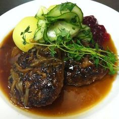 Pannbiff med löksky och pressgurka Swedish Recipes, Date Dinner, Deli, Food For Thought, Love Food, Steak, Food Porn, Pork, Food And Drink