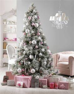 Árboles de Navidad muy originales Un abeto nevado y bolas y adornos rosas y plata, puro equilibrio y armonía ¿Dulce? Sí, pero sin empalagar. El efecto nevado del árbol resulta perfecto para recrear este estilo. De Maisons du Monde.