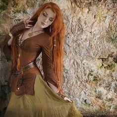 how to dress like a viking shield maiden Medieval Dress, Medieval Clothing, Viking Dress, Viking Shield Maiden, Viking Costume, Viking Woman, Viking Art, Fantasy Costumes, Fantasy Dress