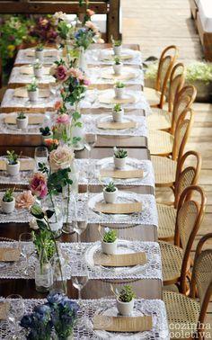 Linda mesa! Cardápio, uma plantinha em casa lugar! Rosas ...  detalhes que fazem a diferença!
