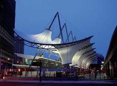 Na estação intermodal Rosa Park Transit Center, em Michigan (EUA), as áreas de transferência de ônibus são estruturadas com membranas