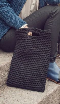 "Crochet Bags Ideas ""Back to work"" -läppärilaukku Novita Tuubi Crochet Diy, Crochet Tote, Crochet Handbags, Crochet Purses, Love Crochet, Crochet Crafts, Single Crochet, Crochet Shell Stitch, Crochet Home Decor"