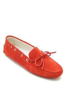 #Mocassino estivo da donna in vera pelle camosciata di colore rosso, ideale per essere abbinato con qualsiasi outfit, soletta interna in vero cuoio, fondo tipo #gommini. #MadeInItaly