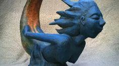 NIMFA Tela metálica moldeada revestida con yeso, base pintada en azul con detalles en verde, rojo y suave craquelado color teja, pátina de envejecido y acabado barniz mate transparente.