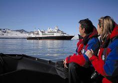 Wakacje, urlop to nie tylko ciepłe kraje. Cudowny czas można spędzić nawet na Antarktydzie. Mimo niskiej temperatury widoki zapieraja dech w piersi, a i atrakcji z pewnością nie brakuje. Rejs statkiem po arktycznych wodach to jedno z moich największych marzeń:)