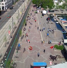 A revitalização do Queens Quay em Toronto: Pavimentação em granito com folhas de plátano