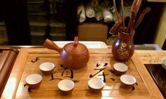 """Fases del GongFuCha: 1 calentar la tetera y templar las tazas (温壶烫杯),  2 apreciación del té (鉴赏佳茗), 3 el dragón entra en el palacio"""" (乌龙入宫) sobretodo cuando se usa el té Oolong (también conocido como té del dragón), 4 emergiendo desde lo alto de la tetera (悬壶高冲), 5 volver a bañar al inmortal (重洗仙颜). Descripción de los pasos de cada fase en http://www.iloveteacompany.com/2014/01/Ceremonia-China-del-Te-GongFuCha.html"""