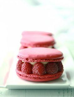 raspberry macarons with cream cheese filing and raspberries Macarons, Raspberry Macaroons, Bolo Macaron, Macaron Recipe, Entremet Recipe, Just Desserts, Dessert Recipes, Naked Cakes, Chocolate Blanco