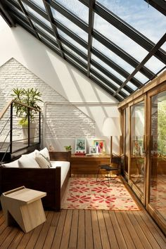 Uma maneira diferente de pensar um teto inclinado: com vidro. Skylight Living Room!  Wonderful use of windows.