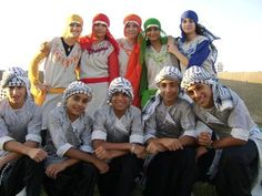Chicas y chicos palestinos con atuendos tradicionales /   Boys and girls palestinians, wearing traditional clothes