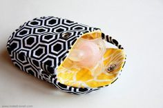 Pacifier Pocket – (tutorial plus FREE pattern pieces): a separate pocket to keep your pacifier. www.makeit-loveit.com