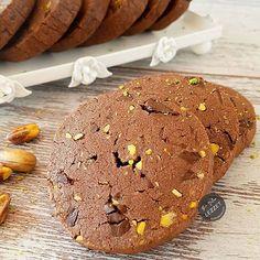 Fıstıklı Çikolatalı Kurabiye nasıl yapılır? Bir Dilim Lezzet farkıyla denenmiş, resimli ve güvenerek yapabileceğiniz Fıstıklı Çikolatalı Kurabiye malzemelerine ve tarifine göz atın...