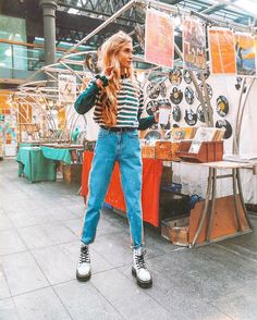 Doc Martens have been in style for almost 60 years, discover what made them so popular. We also discuss how to wear them in style! White Outfits, Short Outfits, Fall Outfits, Casual Outfits, Fashion Outfits, Dr Martens Outfit, Outfits With Doc Martens, Dr Martens Style, White Dr Martens