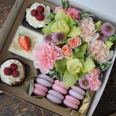 Ещё немного сладенького Вам в обзор !!! Десертно -цветочные наборы становятся все более популярными и востребованными , чему я безмерно рада #цветыказань#букетказань#наталинямнямка#десертказань#тортказань#цветывказани#капкейкказань#макаруныказань