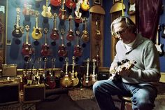 24/06/1999 ***ESTACION 71*** http://www.estacion71.com/  ¿Sabìas què...  Eric Clapton subastò 100 de sus guitarras en Christie's Nueva York para recaudar fondos para su clínica de rehabilitación de drogas, el Centro Crossroads en Antigua? Su Fender Stratocaster llamada Brownie, que se utilizò para grabar la versión eléctrica de 'Layla', se vendió por un récord de $ 497,500. La subasta ayudó a recaudar cerca de $ 5 millones para la clínica.