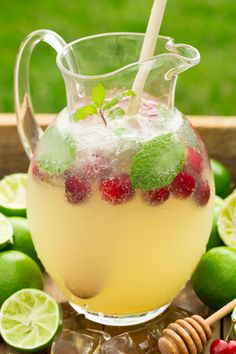 These alcohol-free fizzy drinks are the perfect drink to have at a backyard party or for a girl's night in. See how to make Italian soda, fizzy juice drinks and alcohol-free sangria with our delicious and easy recipes! Cocktails Vin, Juice Drinks, Non Alcoholic Drinks, Drinks Alcohol, Carbonated Drinks, Alcohol Recipes, Limeade Drinks, Party Drinks, Fun Drinks
