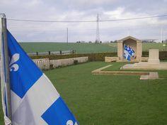 Trois drapeaux du Québec pour honorer nos 15 000 soldats du Québec morts lors des deux Grandes Guerres au cimetière de Dieppe.