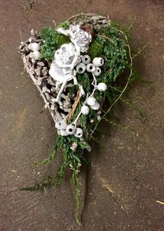 Herz Funeral Flowers, All Saints, Ikebana, Grapevine Wreath, Floral Design, Floral Wreath, Projects To Try, Wreaths, Plants