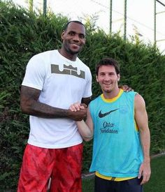 Height does not make you a better athlete my friend. Lionel Messi and Lebron James - cracks me up Lionel Messi, Cr7 Vs Messi, Messi 10, Neymar, Nike Shox, Nike Flyknit, King Lebron James, King James, Air Max Day