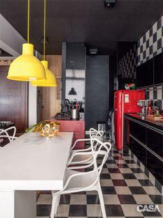 Amarelo e vermelho são os pontos de cor desta cozinha de ares retrô e piso quadriculado.