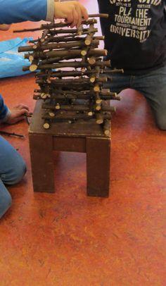 Bouwen met snoeimateriaal. Maak een zo hoog mogelijke toren. Nutsschool Maastricht