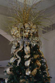 Christmas tree bows unique ideas for 2019 Diy Christmas Tree Topper, Xmas Tree Toppers, Elegant Christmas Trees, Ribbon On Christmas Tree, Christmas Tree Themes, Christmas Wreaths, Christmas Crafts, Christmas Time, How To Decorate Christmas Tree