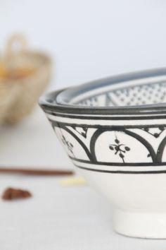 bol de cerámica blanco y negro pintado a mano. noretnicstyle. dar amïna shop. moroccan pottery black and white.