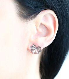 15 mm breit und 11 mm lang, Material Silber, handgefertigte Einzelstücke, SILBER OHRSTECKER FRAUENMANTELBLATT. #ohrstecker #ohrringe #handgefertigt #schmuck #blattschmuck #einzelstück #boho #bohoschmuck #naturschmuck Bronze, Diamond Earrings, Material, Gold, Jewelry, Women's Coats, Silver Stud Earrings, Online Shopping, Boho Jewelry