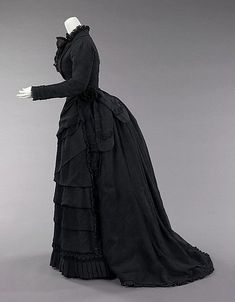 Black mourning dress reached its peak during the reign of Queen Victoria of the United Kingdom in the second half of the century. Queen Victoria wore mourning from the death of her husband, Prince Albert until her own death Vintage Outfits, Vintage Gowns, Vintage Mode, Victorian Gown, Victorian Fashion, Vintage Fashion, Historical Costume, Historical Clothing, Main Image