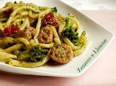 Gli strozzapreti con broccoli e salsiccia sono un primo piatto eccezionale. Un mix di ingredienti davvero unico e particolarmente saporito.