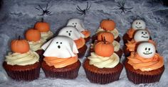 Pumpkin Halloween Cupcakes with Ghosts