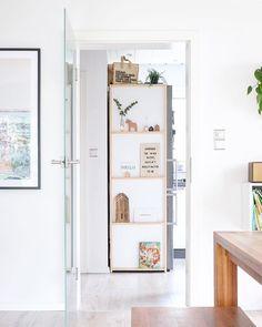 Werbung | Verlinkung  Judith von @youdid.blog hat mich gerade wieder an den #shelfielovethursday erinnert und ich musste direkt mal schauen ob es noch Regalbilder ohne Affen gibt  Klaaaar! Sogar mein absolutes Lieblingsregal  mein selbst gebautes schmales Kühlschrank-Regal. Es ist mit Magneten an der Seite befestigt und sieht immer aufgeräumt aus. Vorher war da diese dunkle Wand und jetzt würde ich am liebsten die Tür immer offen lassen  Es lässt sich prima umdekorieren und könnte sogar einfach Diy Interior, Ypperlig Ikea, Diy Holz, Home And Living, Bathroom Medicine Cabinet, Locker Storage, Living Spaces, Woodworking, Judith