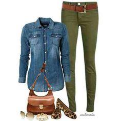 outfit groene broek, spijkerblouse en bruine accesoires