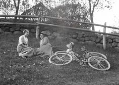 Break on the grass. The woman on the left is the school teacher's daughter Carola Aurell. Sweden from the Early Century On The Road Again, We Are Together, Lost Art, Photo Craft, Old Ones, Vintage Photographs, Old World, Sweden, Countryside