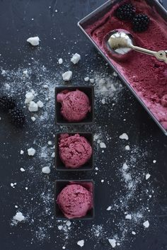 To feast on the hot days: blackberry mascarpone ice cream - Popsicle and Ice cream / Gelati, ghiaccioli e sorbetti - Rose Ice Cream, Yummy Ice Cream, Ice Cream Recipes, Frozen Cake, Frozen Desserts, Frozen Treats, Homemade Baby Foods, Homemade Cakes, Mascarpone Ice Cream