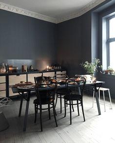 Zwarte tafel en stoelen in zwarte keuken - bekijk en koop de producten van dit beeld op shopinstijl.nl