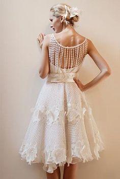 Vestido de noiva curto com detalhes nas costas