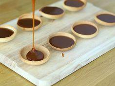 Tartelettes au caramel et chocolat - Préparation etape 7 Tartelette Chocolat Caramel, Cheesecake Recipes, Dessert Recipes, Chocolate, Tunisian Food, Lava Cakes, Granola, Food Inspiration, Peanut Butter
