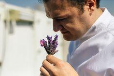 """Ο Αστέριος Κουστούδης, σεφ του εστιατόριου GB Roof Garden της «Μεγάλης Βρετανίας» δίνει οδηγίες για τη σωστή χρήση των """"μυρωδικών"""" στο φαγητό Greek Recipes, Rings For Men, Herbs, Cooking, Miranda Brooks, Sweet Dreams, Food, Garden, Kitchen"""