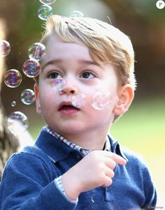 Le prince George, fan des bulles, et la princesse Charlotte de Cambridge ont participé, avec leurs parents le prince William et Kate Middleton, à une fête réunissant des enfants de familles de militaires canadiennes le 29 septembre 2016 à la Maison du Gouvernement à Victoria, en Colombie-Britannique, au sixième jour de la tournée royale au Canada.