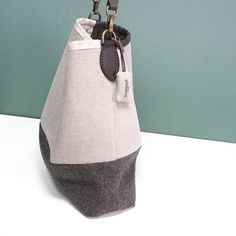 This simple fabric bag is ideal for your laptop. DIY Tutorial & Patern.