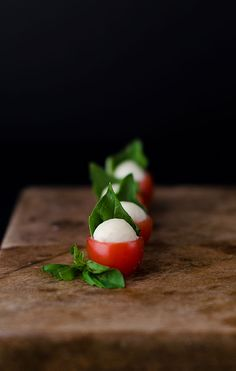 The Most Adorable Caprese Bites – These Adorable Caprese Bites are the cutest appetizers that ever appetized! They are small little bites of summer perfection. Whether you share them at a party or make them as an after school snack, everyone who loves Caprese salads will enjoy this adorable appetizer - Dan330