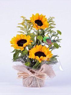 Arquivos Arranjos - Flora Pracinha do Batel Ikebana, Sunflower Arrangements, Flower Arrangements Simple, Cut Flowers, Fresh Flowers, Beautiful Flowers, Deco Table, Topiary, Artificial Flowers