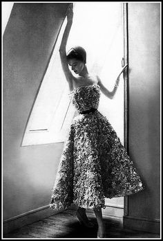"""Barbara Mullen is wearing the """"Miss Dior"""" dress from the trompe-l'oeil line of his Spring/Summer collection of 1949, photo by Lillian Bassman. 